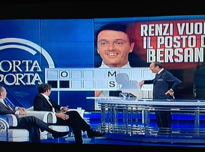 Vespa cerca di aiutare Renzi durante un minuto di puro imbarazzo